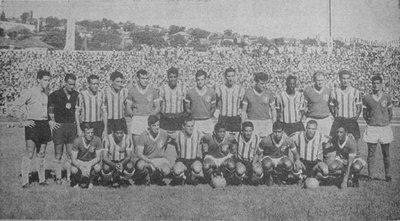 """Foto tirada antes do Gre-Nal 181, em 05/03/1967. Fonte: """"Folha da Tarde Esportiva"""", 06/03/1967."""