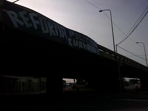 Faixa no viaduto da Conceição pedindo reforma política e urbana