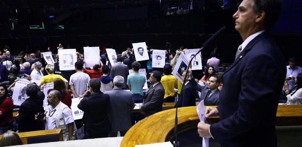 Plenário vira as costas para Jair Bolsonaro, e sessão em memória dos 50 anos do golpe é suspensa (sendo que o regimento interno da Câmara não proíbe ninguém de virar as costas ao orador).
