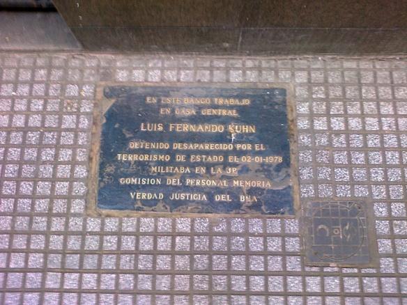 Uma de várias placas em memória de desaparecidos políticos em torno do mesmo prédio - todos trabalhavam nele.